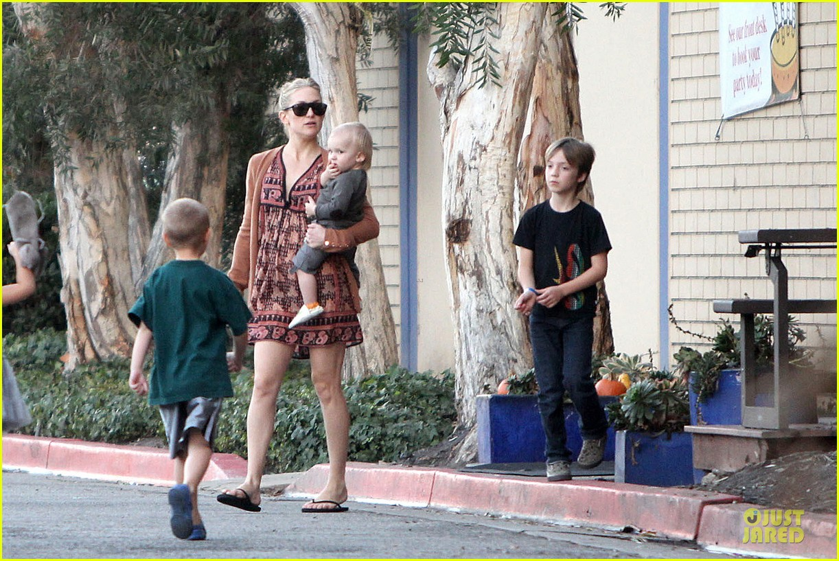 kate hudson birthday party with the boys 07