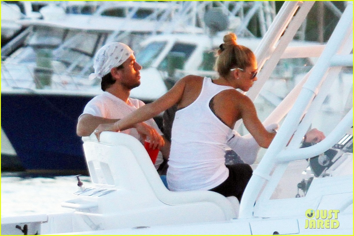 enrique iglesias miami boat ride with anna kournikova 03