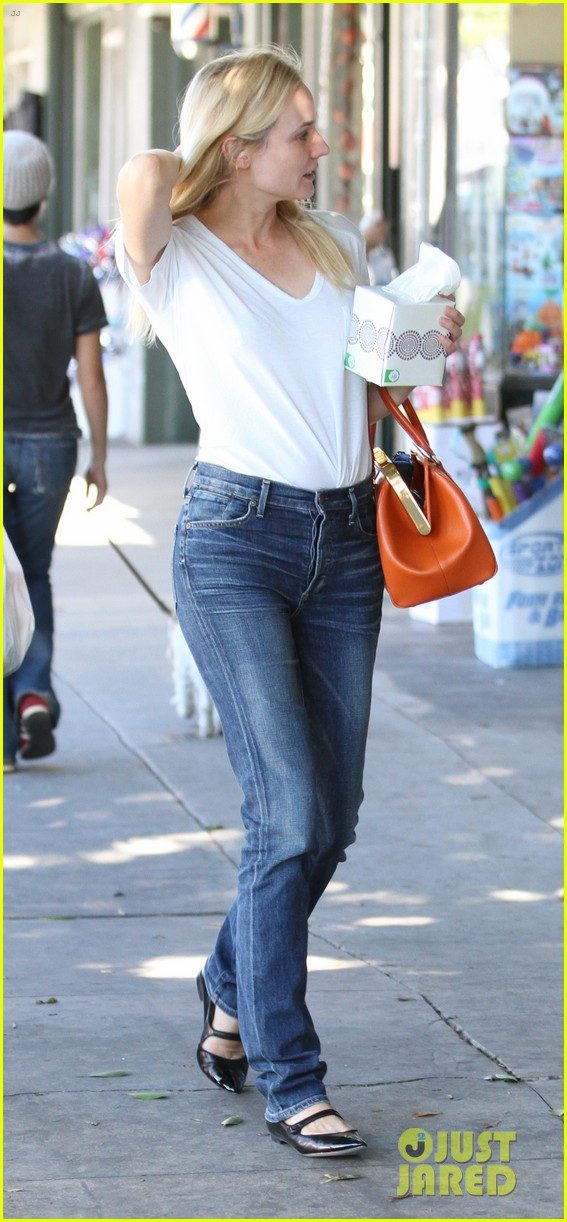 diane kruger walks with her tissue box 04