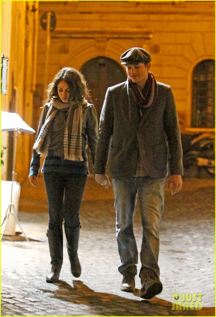 mila kunis ashton kutcher romantic rome dinner date 062760834