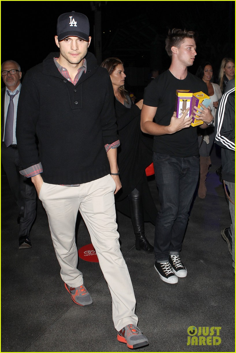 ashton kutcher lakers game with kaley cuoco 02