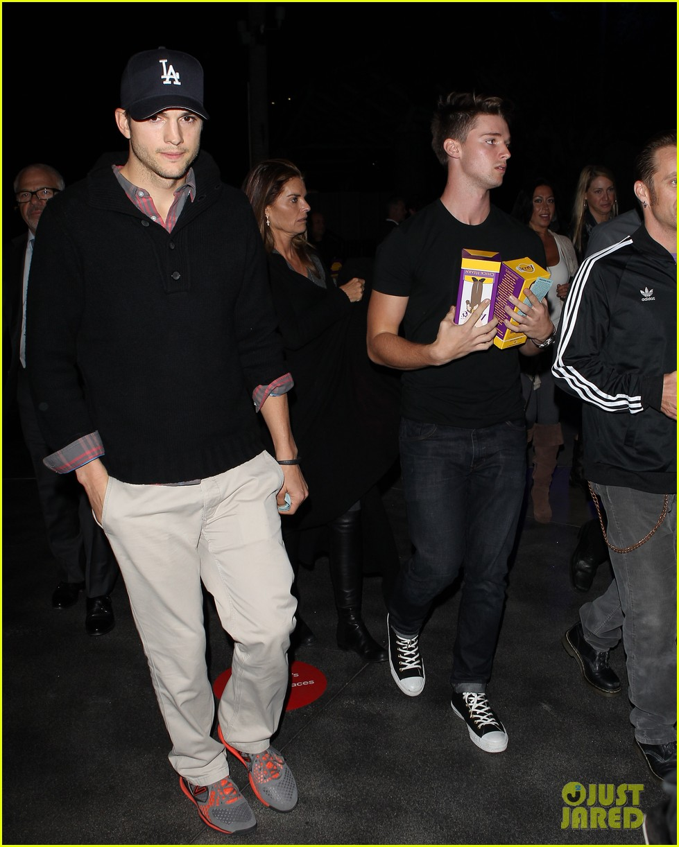 ashton kutcher lakers game with kaley cuoco 08