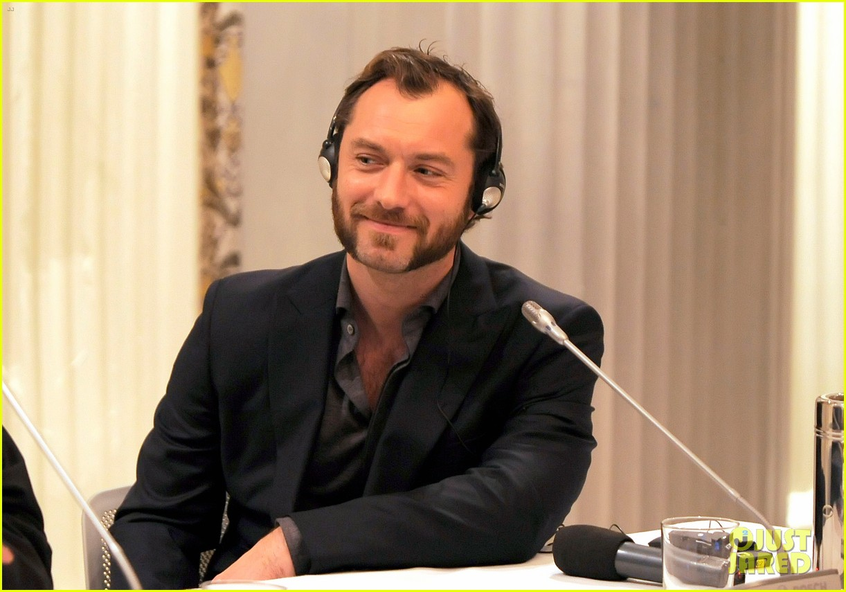 jude law meets the press at rome film festival 022755048