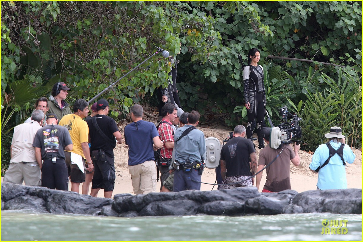 jennifer lawrence fish eating on hunger games set 11