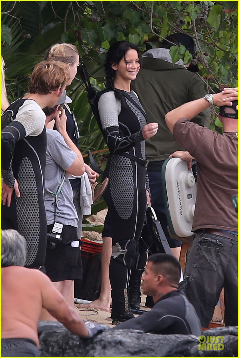 jennifer lawrence fish eating on hunger games set 12