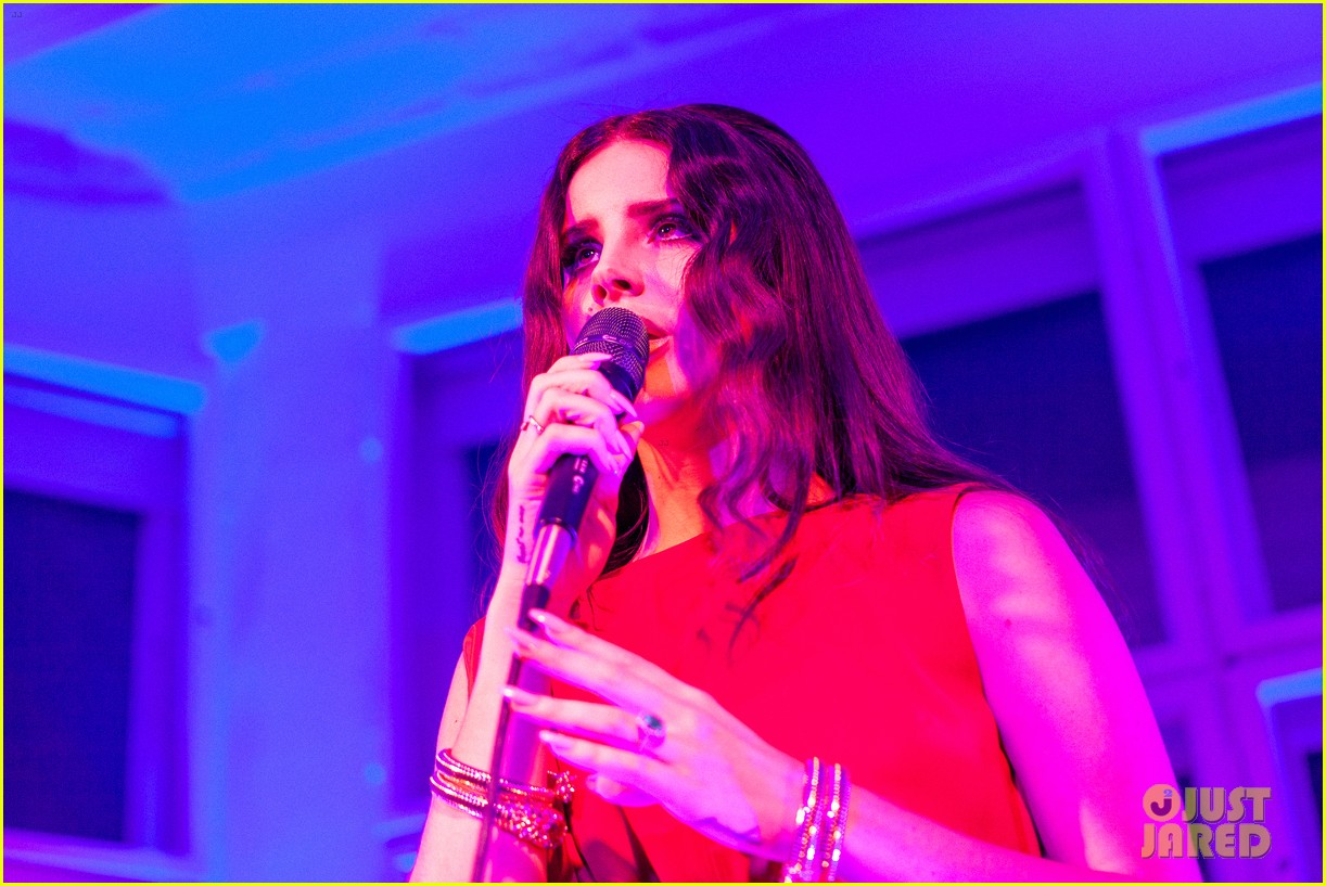lana del rey hm berlin showroom concert 02