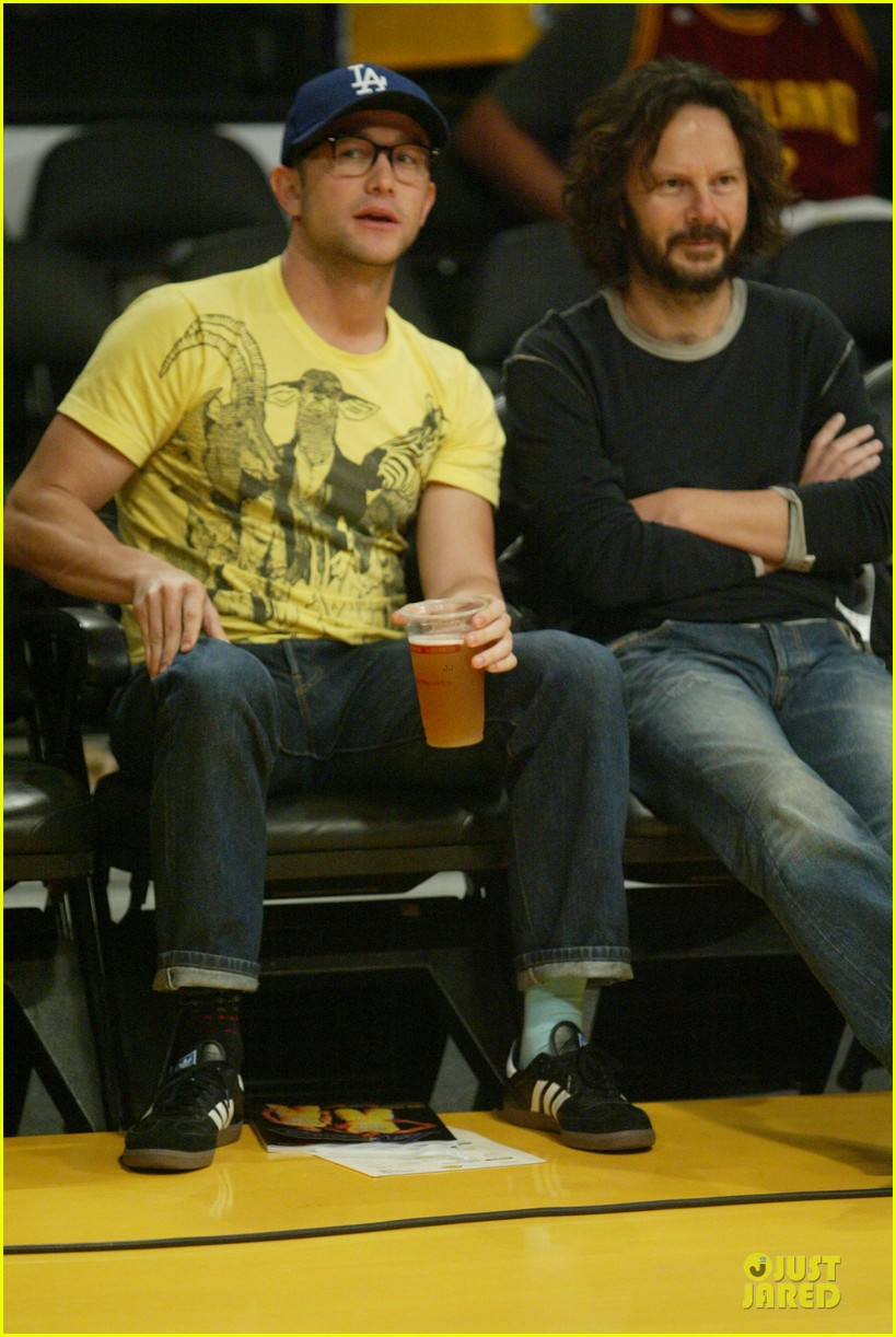 drew barrymore joseph gordon levitt lakers game spectators 03