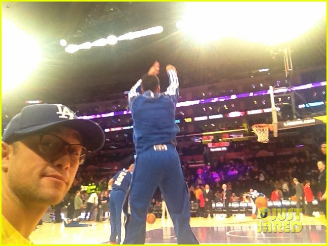 drew barrymore joseph gordon levitt lakers game spectators 04
