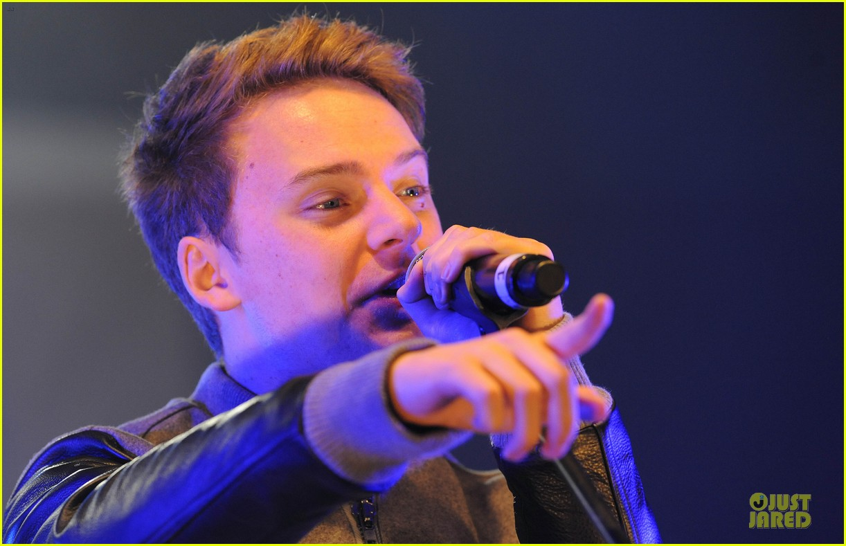 conor maynard blue water christmas lights performer 19