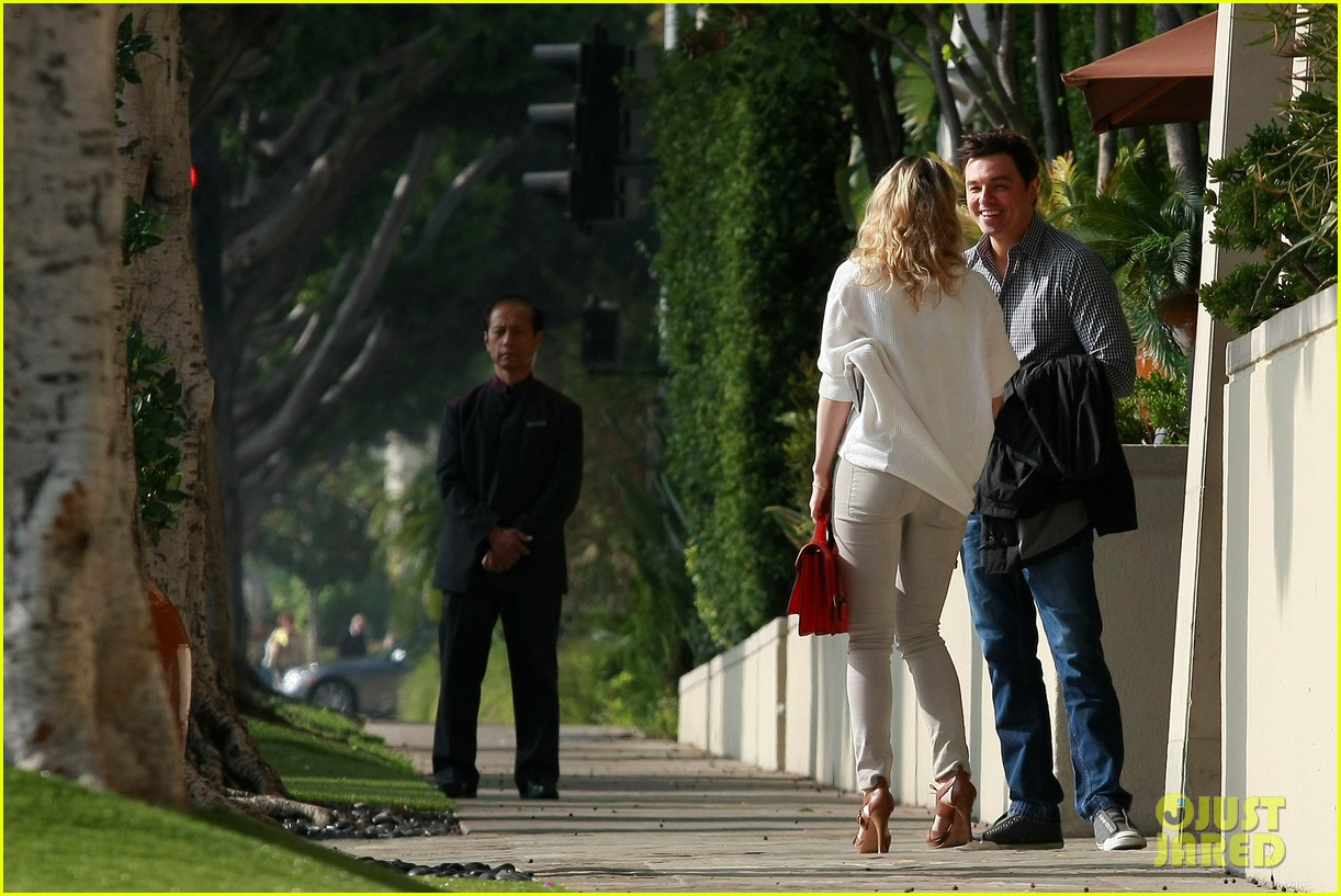 rachel mcadams lemitage hotel run in with seth macfarlane 05