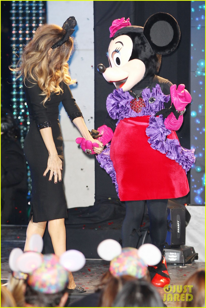 sarah jessica parker disney electric holiday window unveiling host 04