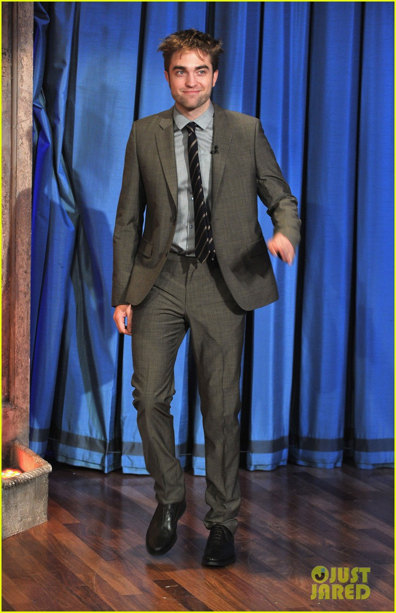robert pattinson soaking wet on late night with jimmy fallon 012753818