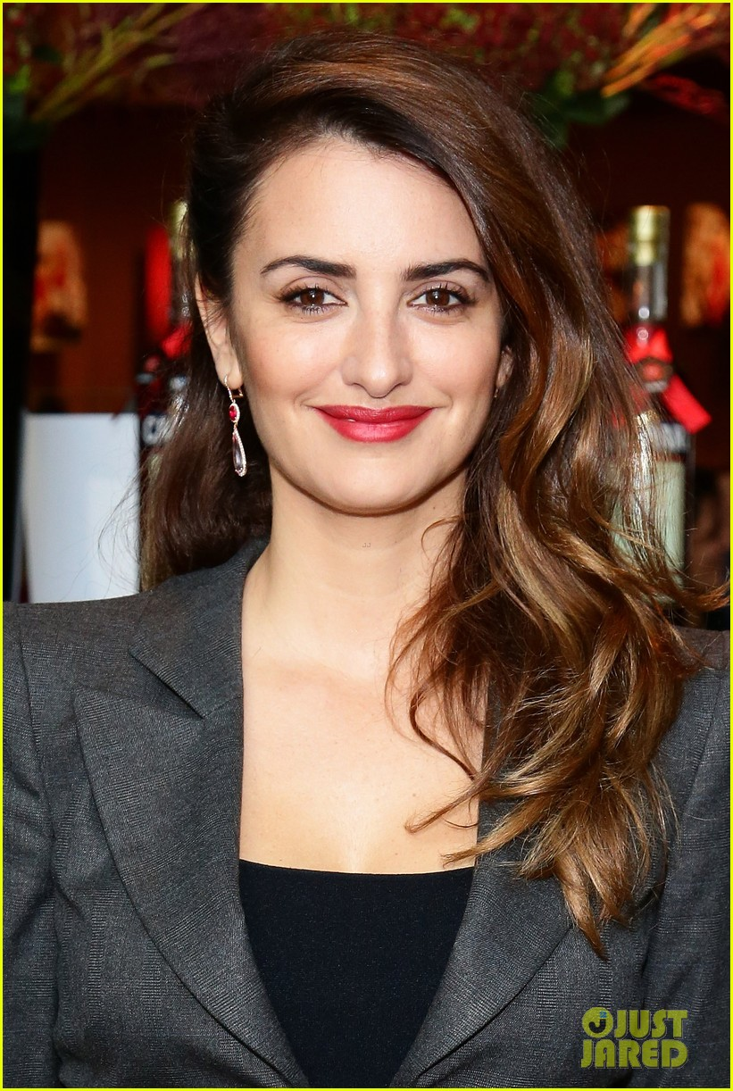 penlope cruz campari calendar unveiling press conference 04