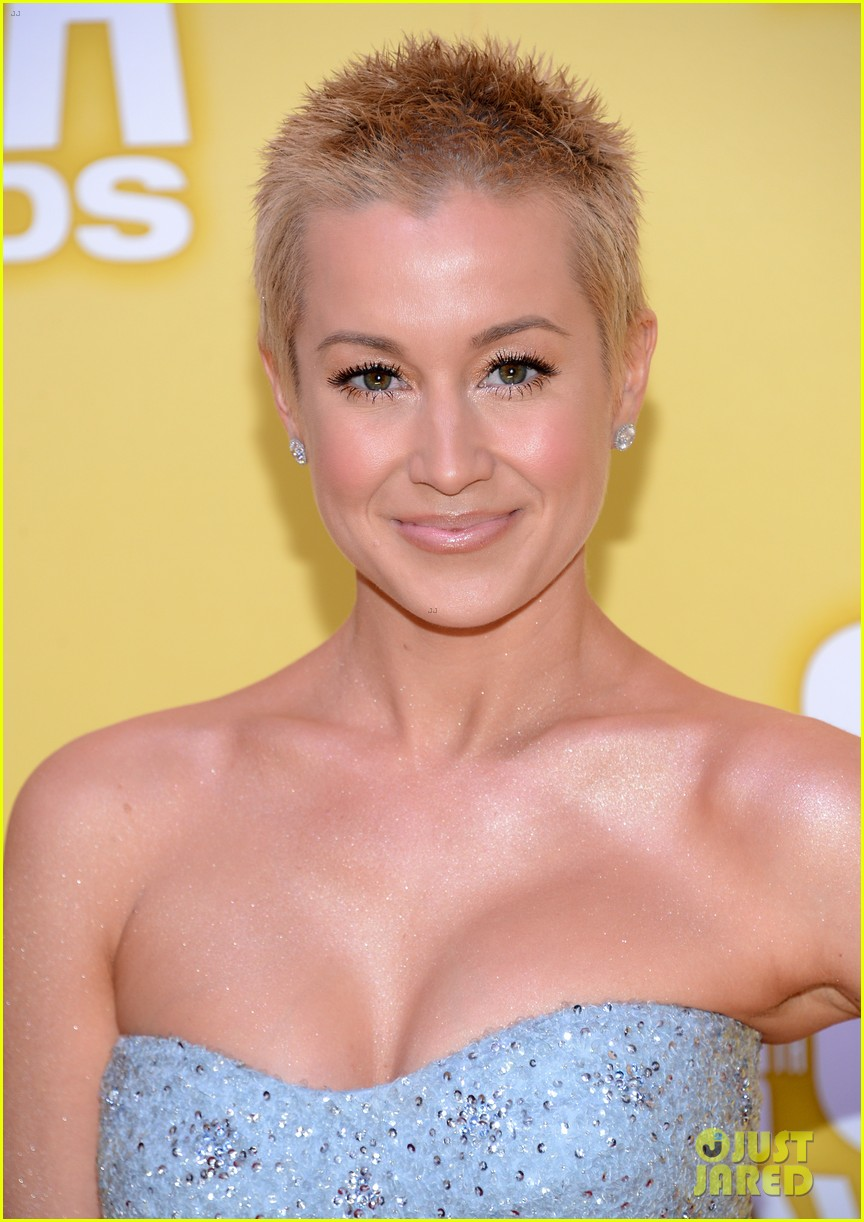 kellie pickler cma awards 2012 red carpet 05
