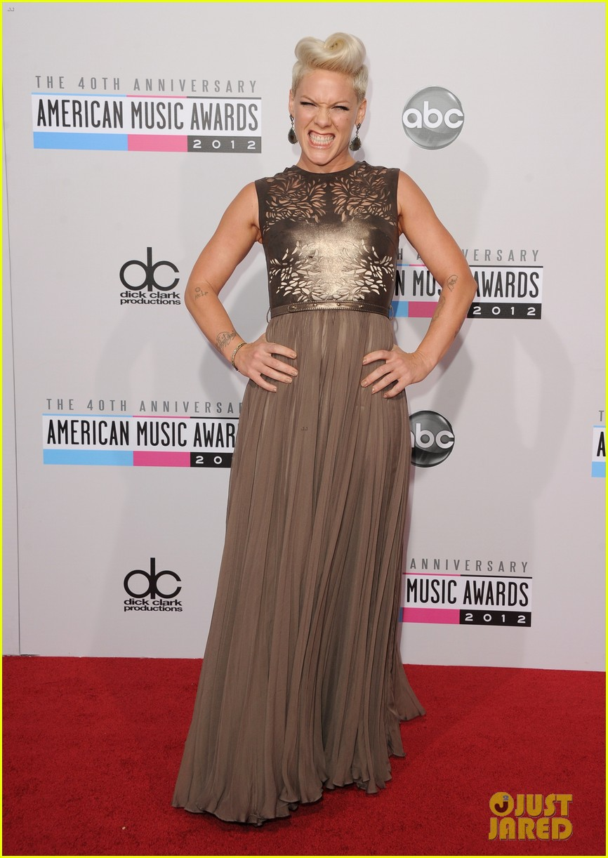 pink carey hart amas 2012 red carpet 01