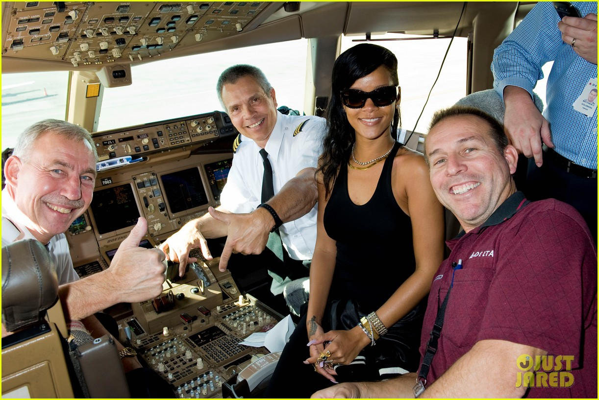 http://cdn03.cdn.justjared.com/wp-content/uploads/2012/11/rihanna-cockpit/rihanna-cockpit-on-777-tour-01.jpg