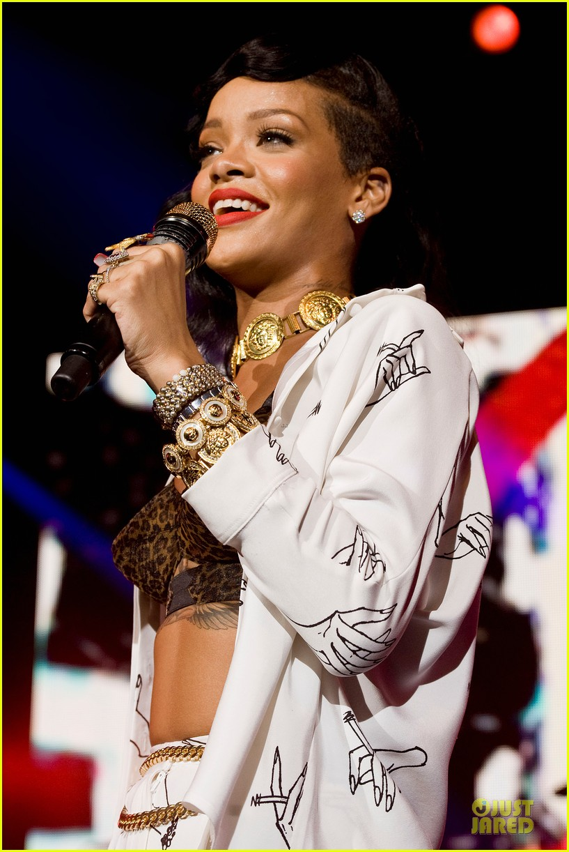 rihanna 777 tour hits london with cara delevingne exclusive 212761144