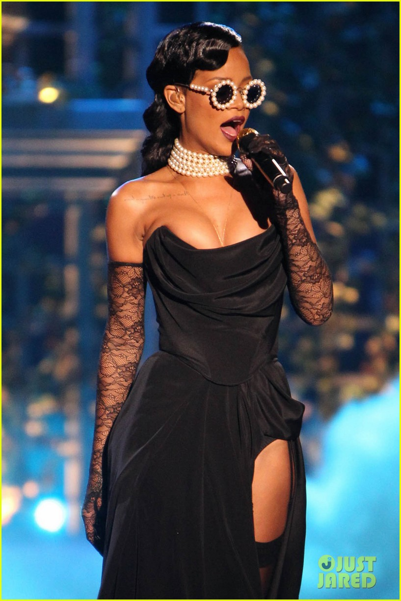 rihanna victorias secret fashion show 2012 performance 09