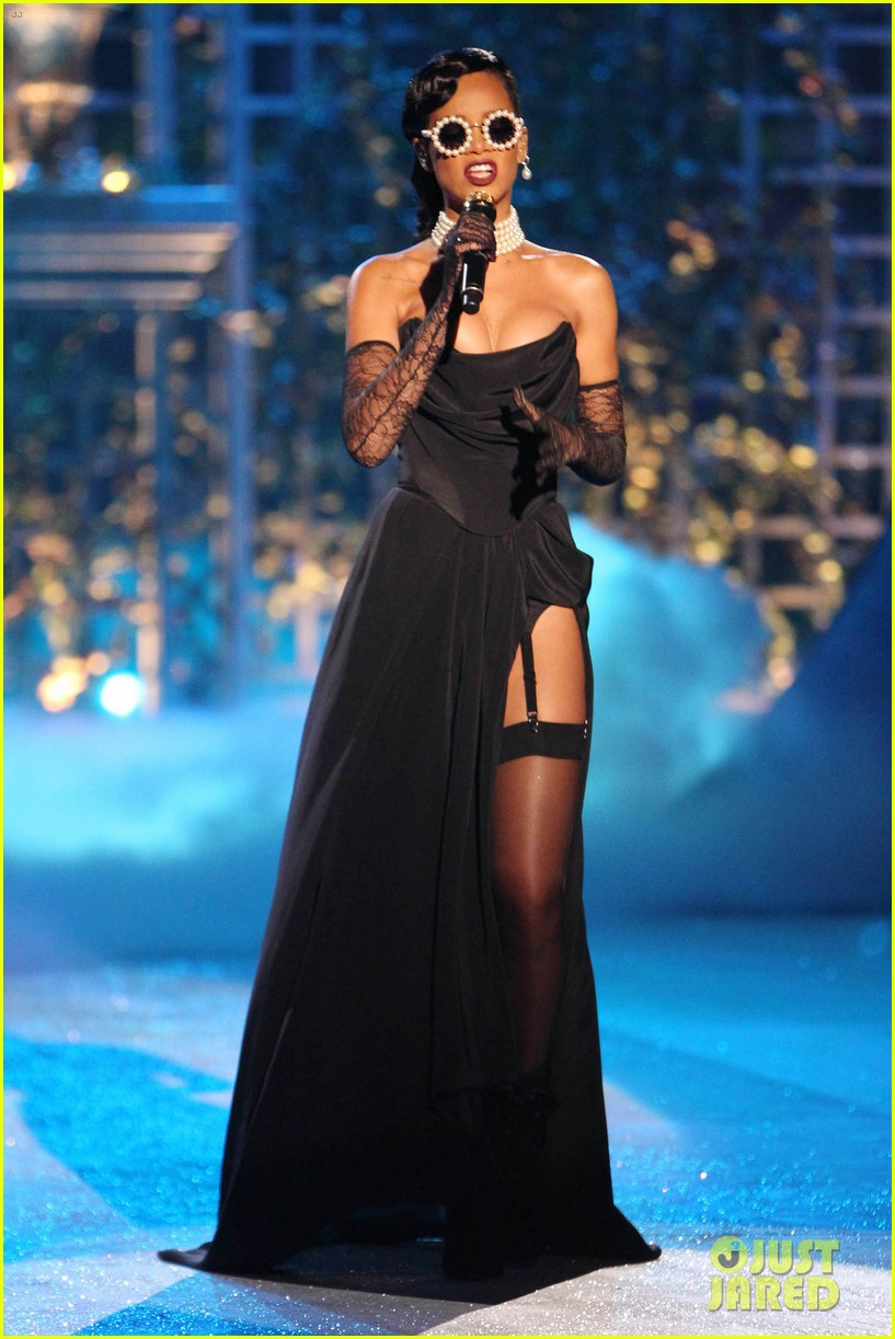 rihanna victorias secret fashion show 2012 performance 102752963
