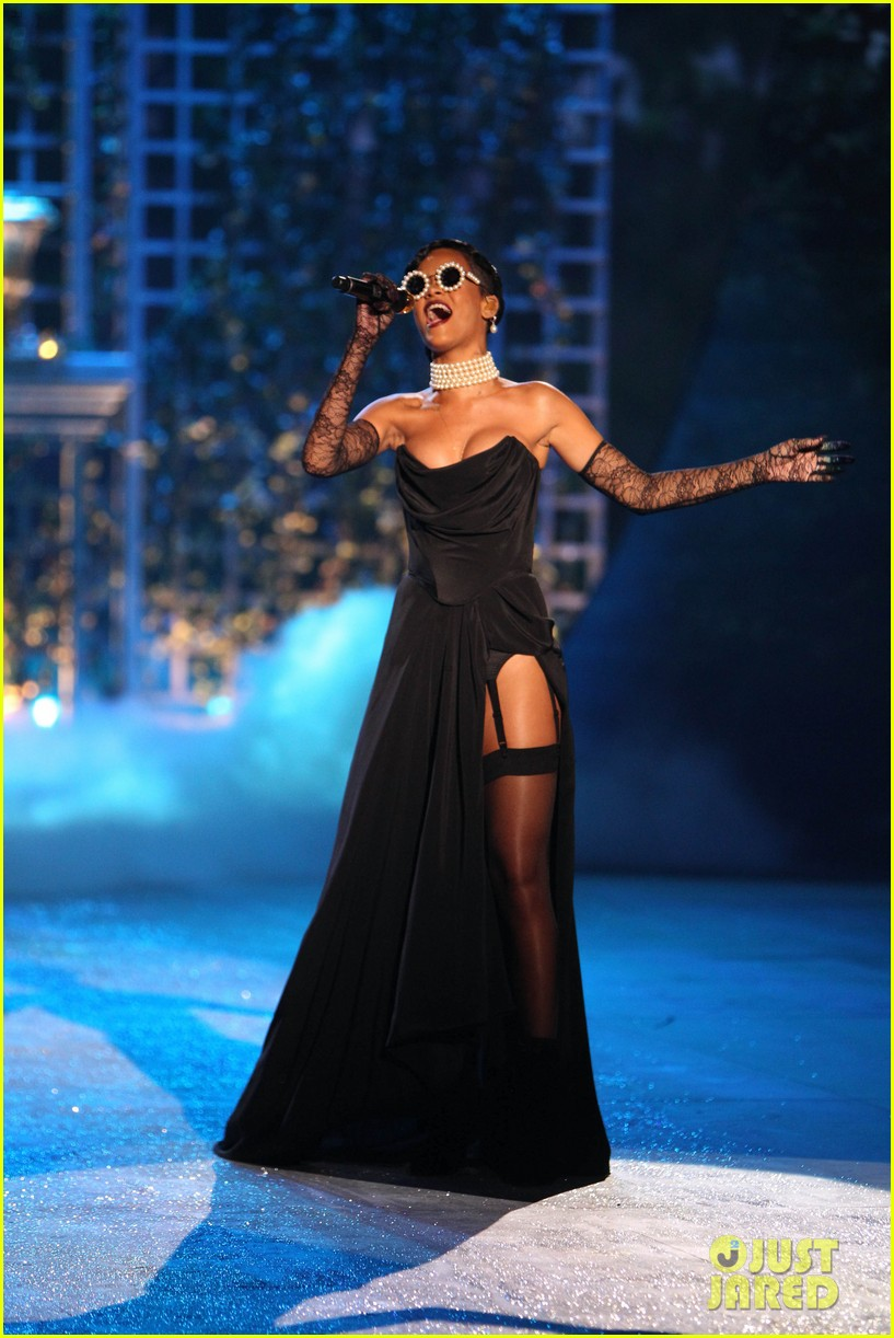 rihanna victorias secret fashion show 2012 performance 12