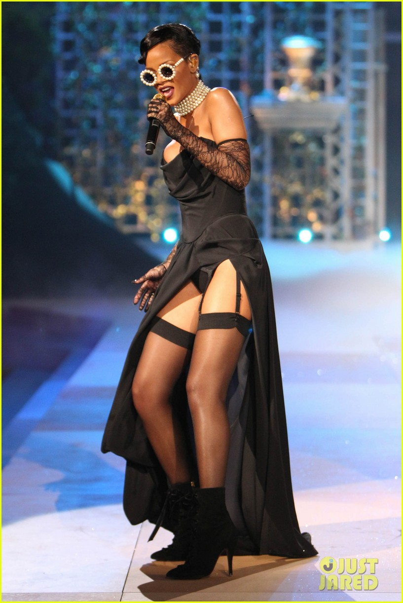 rihanna victorias secret fashion show 2012 performance 15