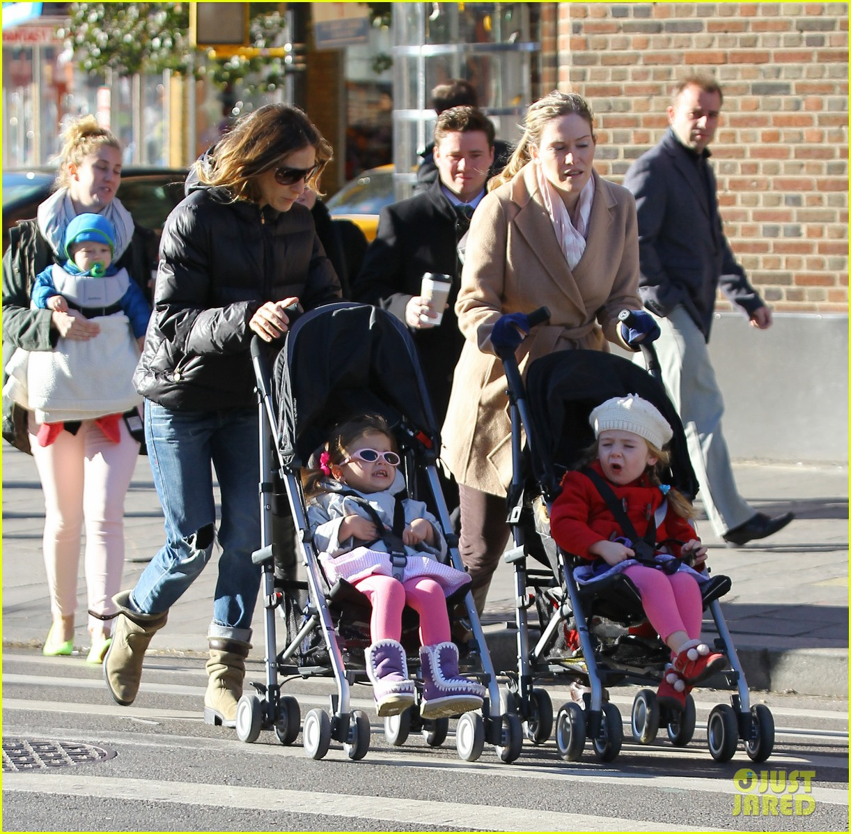 sarah jessica parker brisk morning walk with the kids 072754244