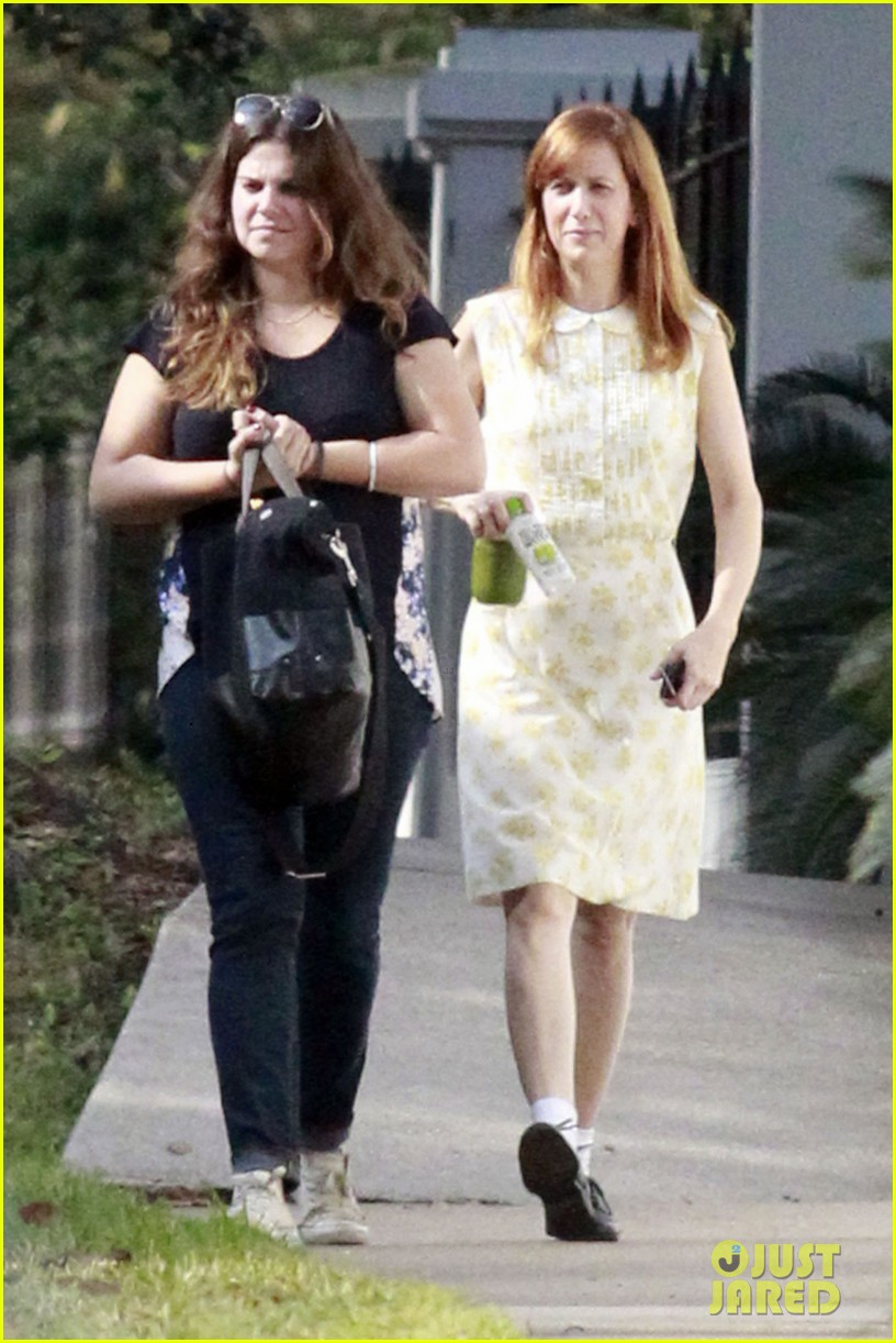 kristen wiig hateship friendship set with hailee steinfeld 01