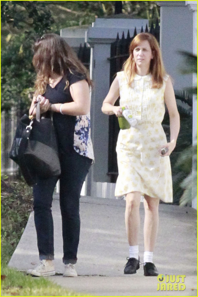 kristen wiig hateship friendship set with hailee steinfeld 06