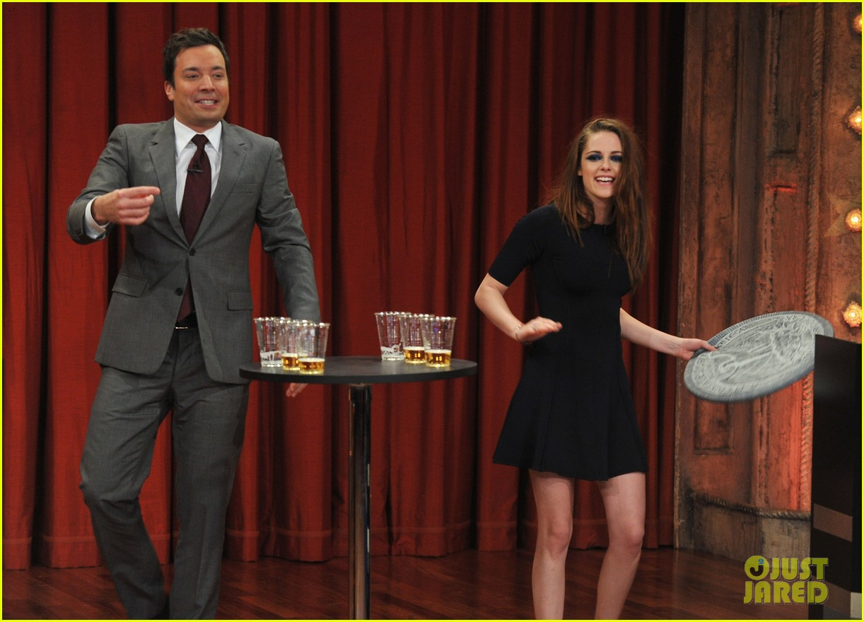 kristen stewart barefoot on late night with jimmy fallon 042752933