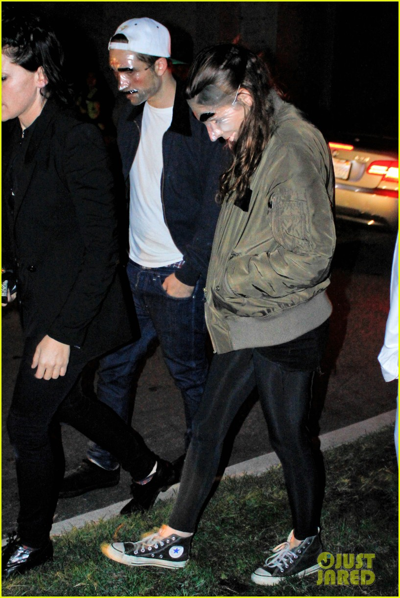 kristen stewart robert pattinson halloween party pair 04