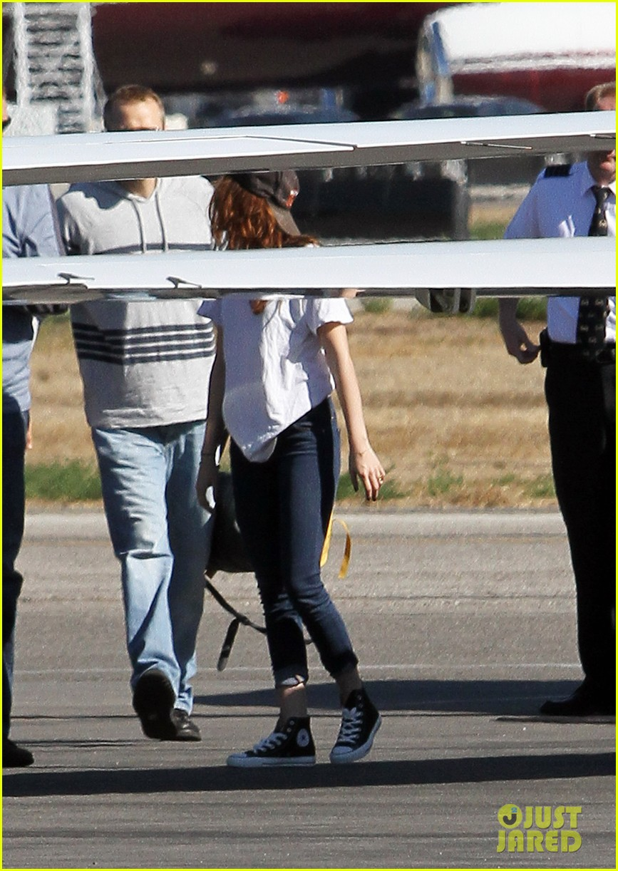 kristen stewart robert pattinson jet out on private plane 03