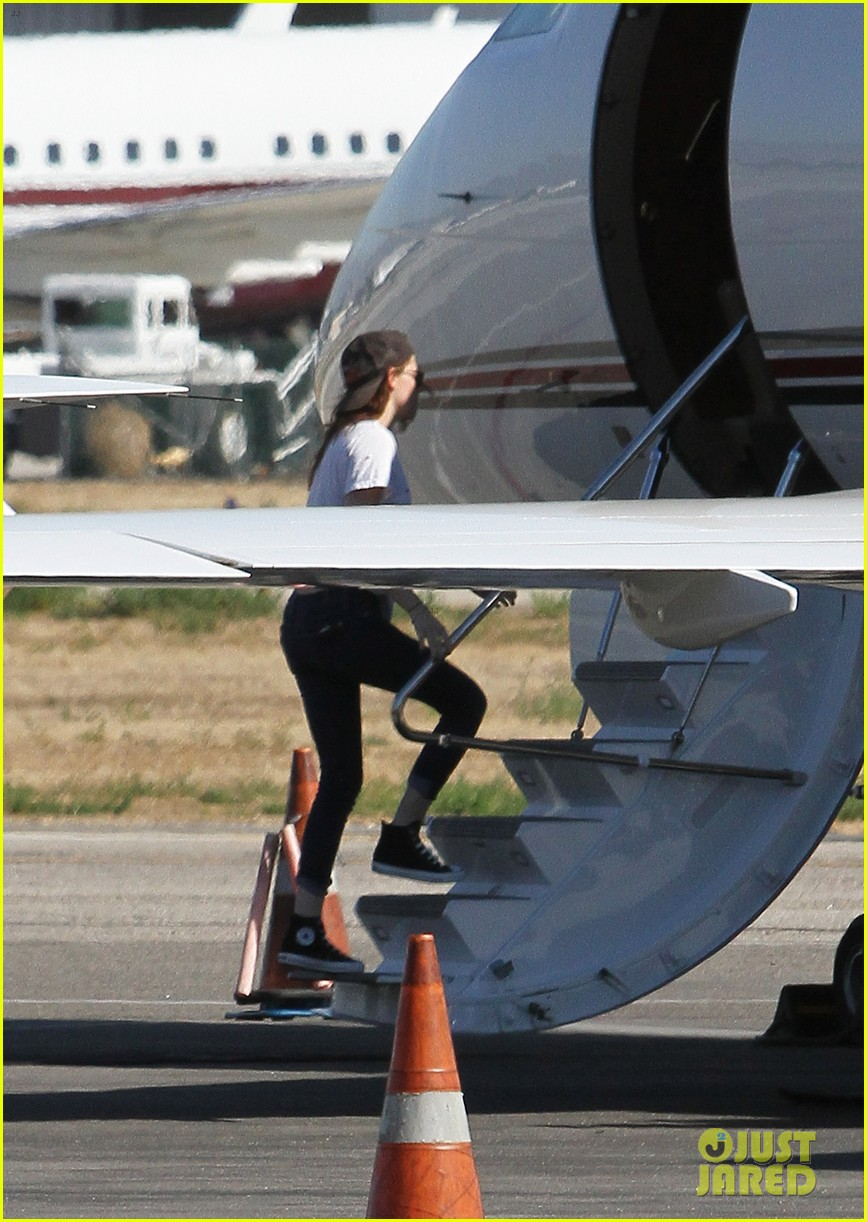 kristen stewart robert pattinson jet out on private plane 24