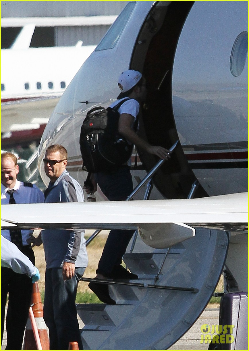 kristen stewart robert pattinson jet out on private plane 35