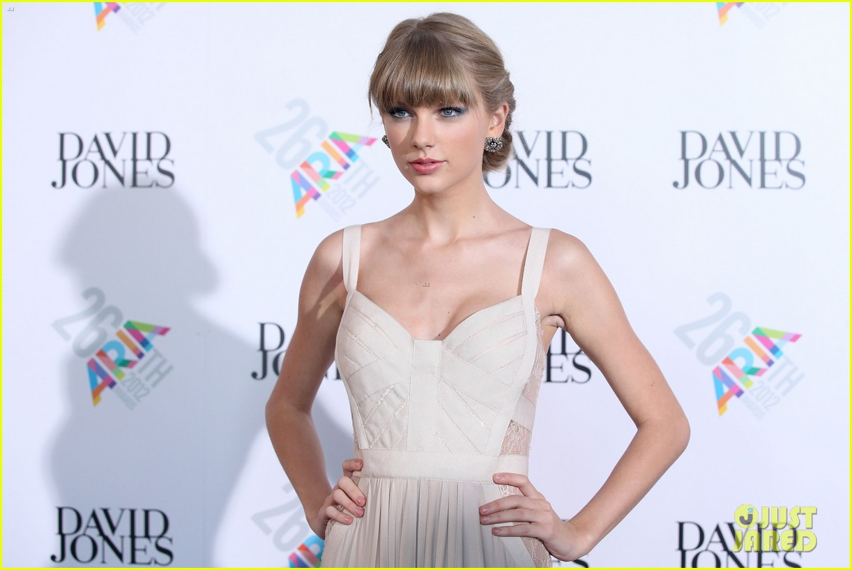 taylor swift aria awards 2012 red carpet 05