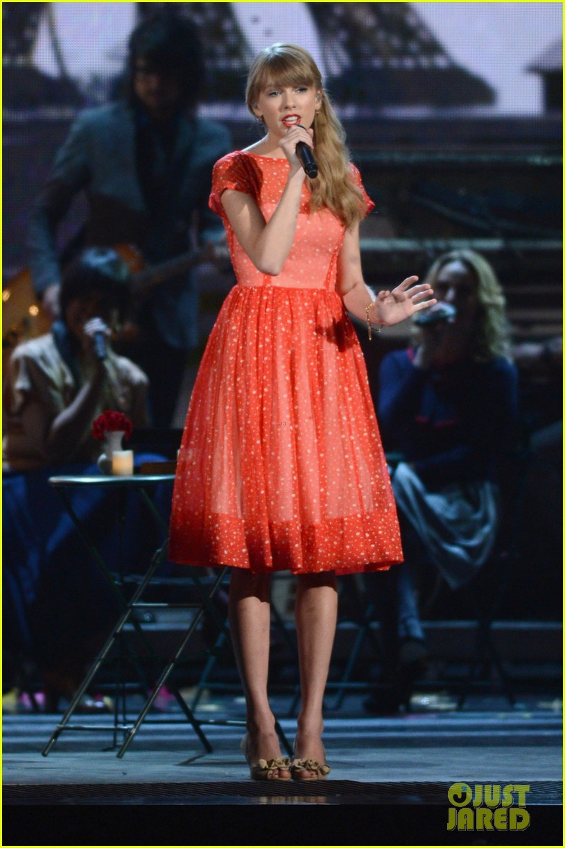 taylor swift live performance cmas 022749610