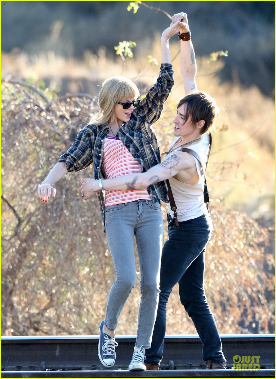 taylor swift piggy back ride on i knew you were trouble set 08