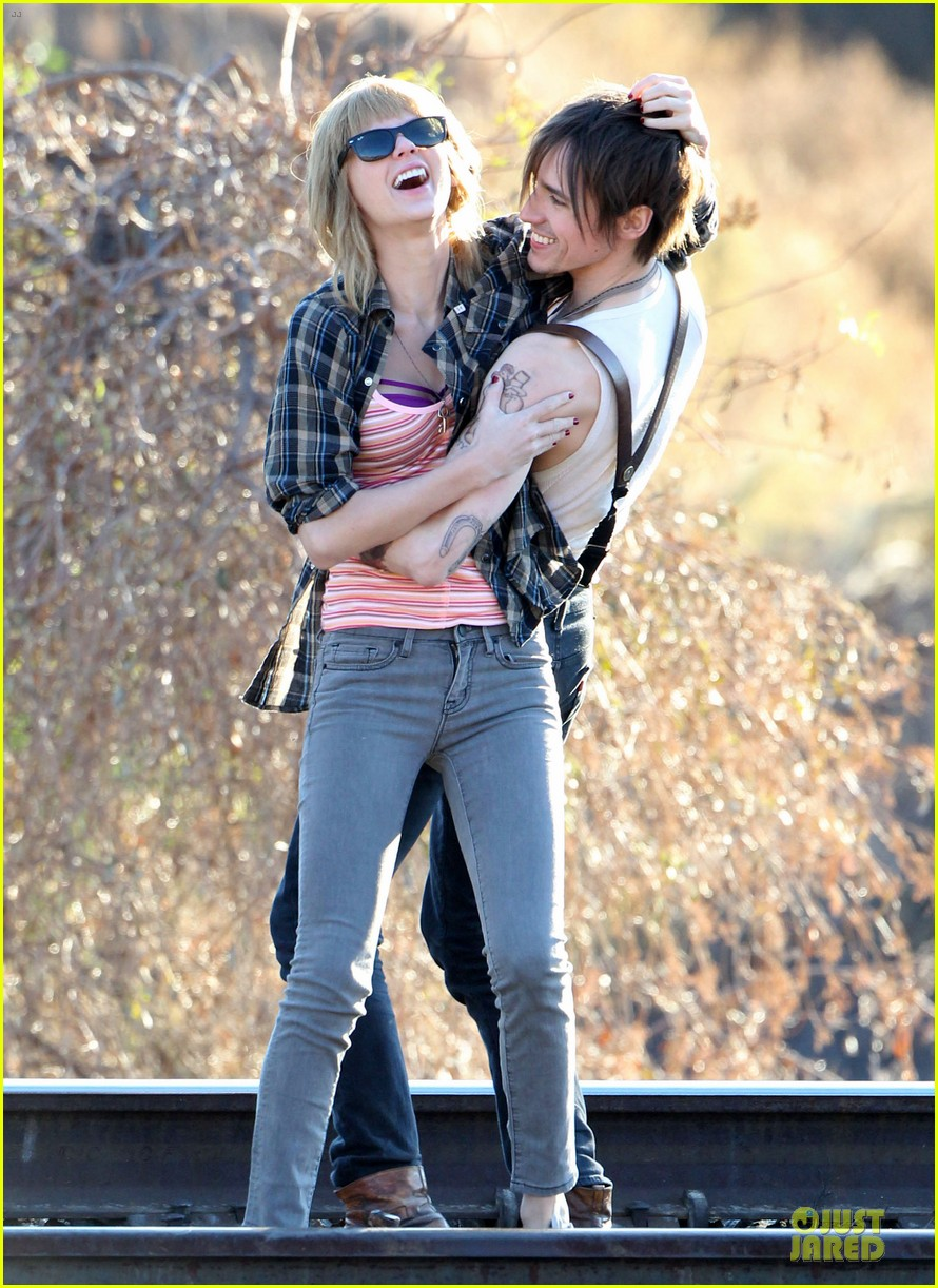 taylor swift piggy back ride on i knew you were trouble set 12