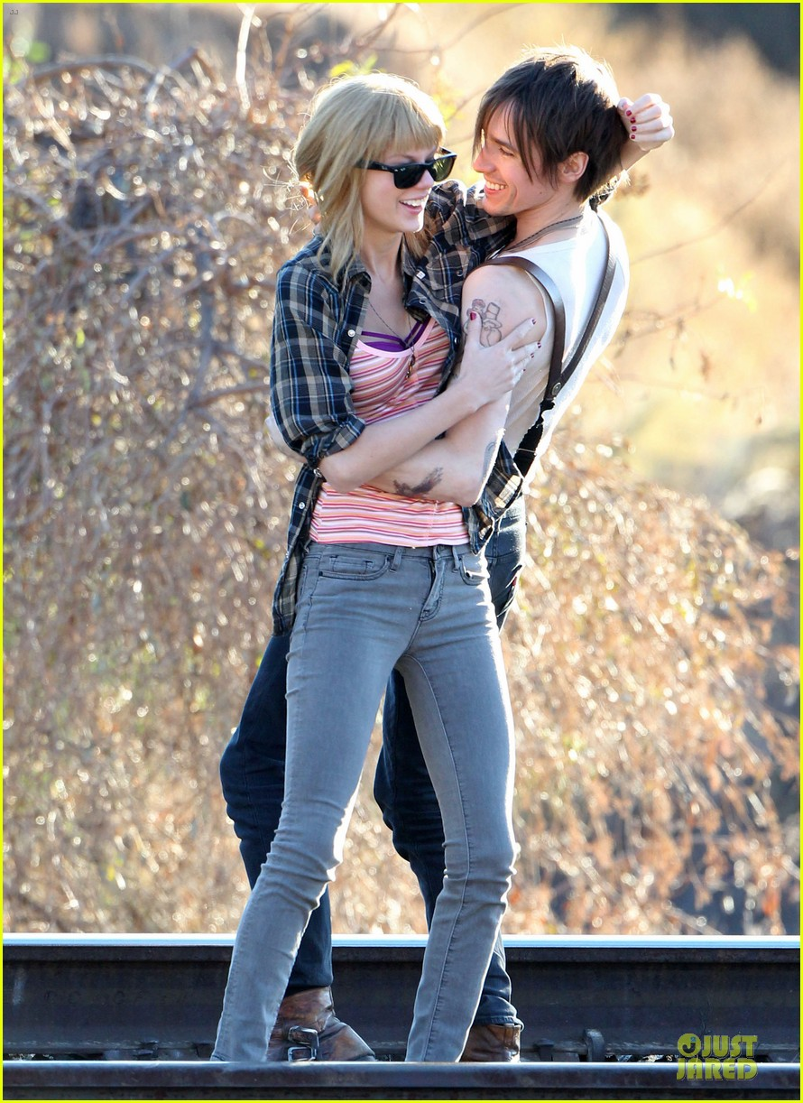 taylor swift piggy back ride on i knew you were trouble set 13