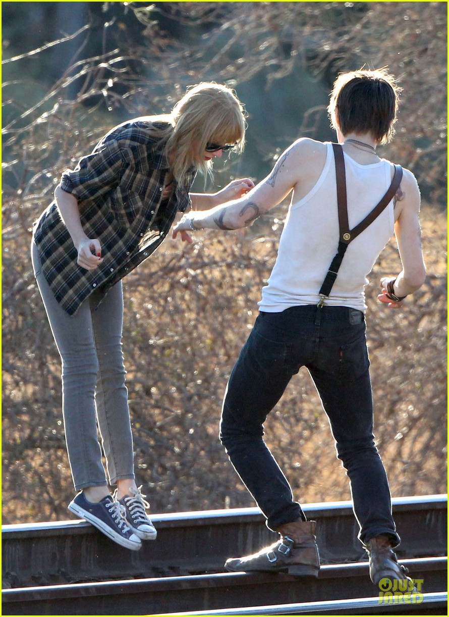 taylor swift piggy back ride on i knew you were trouble set 19