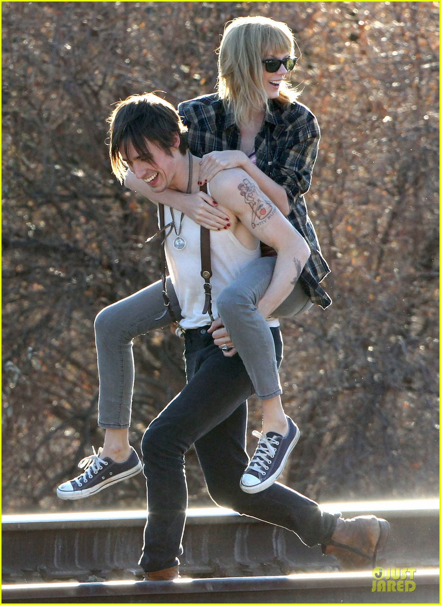 taylor swift piggy back ride on i knew you were trouble set 25