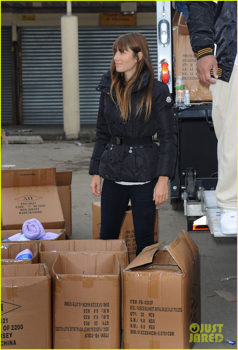 justin timberlake jessica biel hurricane sandy relief workers 09