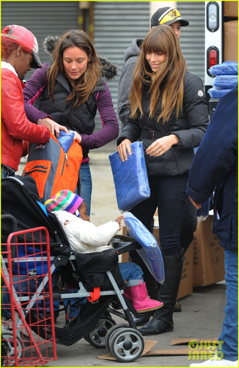 justin timberlake jessica biel hurricane sandy relief workers 182755010