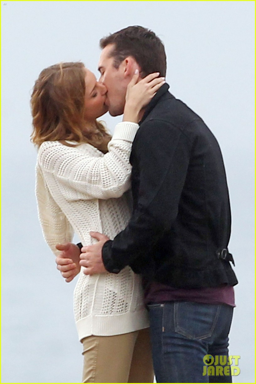 emily vancamp barry sloane revenge kiss in the rain 02