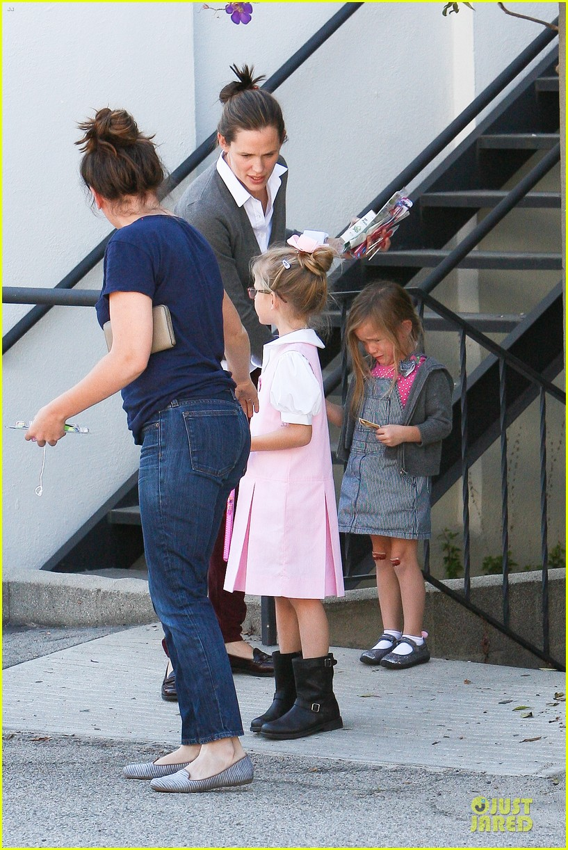 jennifer garner voting stop with violet 25