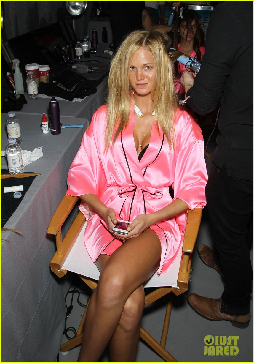 miranda kerr erin heatherton victorias secret fashion show backstage pics 25