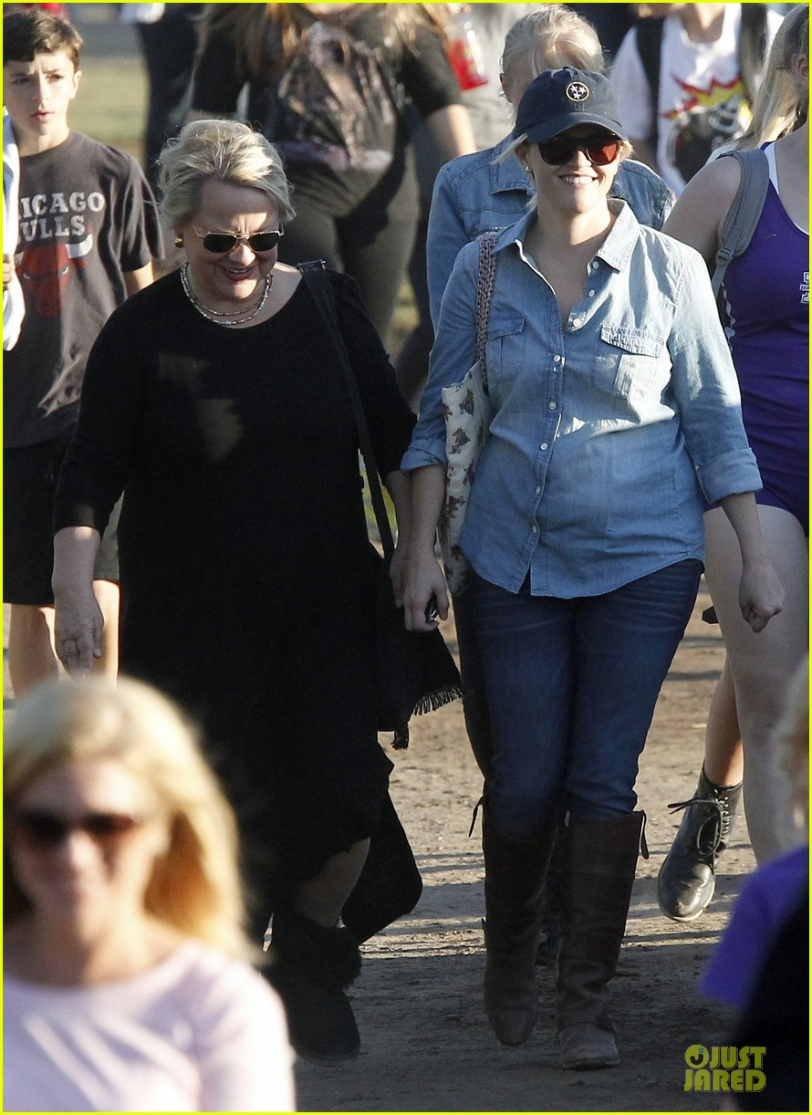 reese witherspoon avas track event with mother betty 02