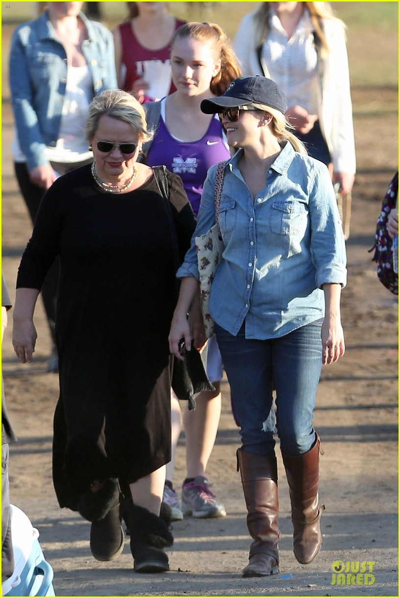 reese witherspoon avas track event with mother betty 16