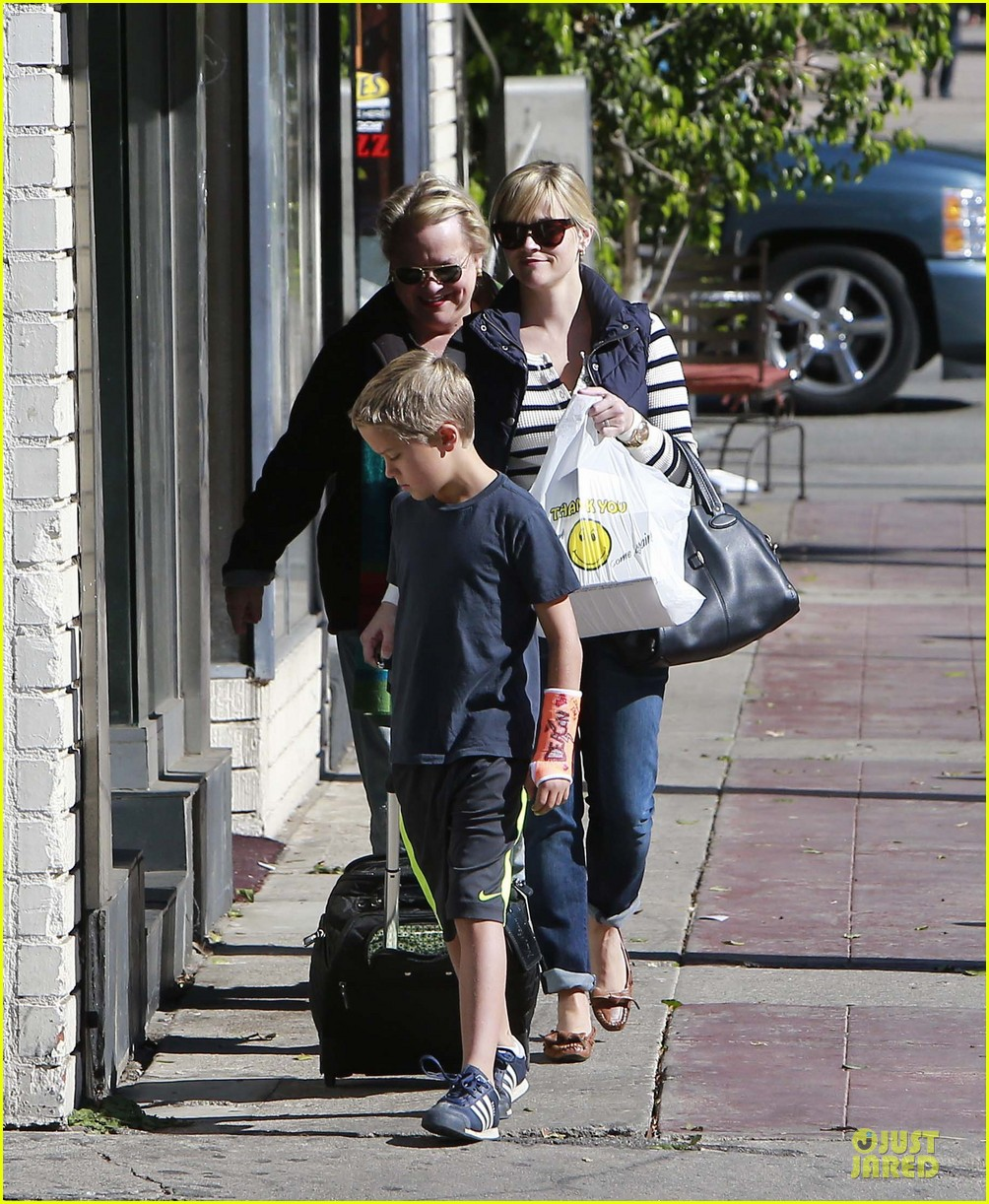 reese witherspoon food take out with deacon 14