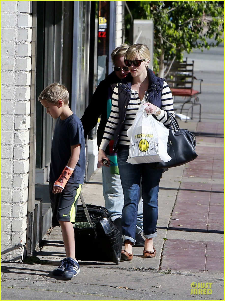 reese witherspoon food take out with deacon 15