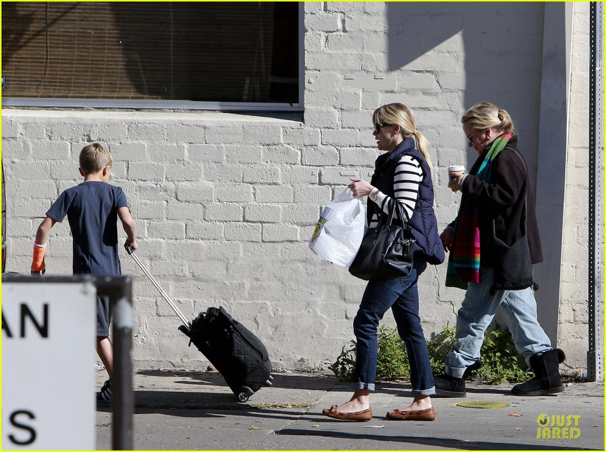 reese witherspoon food take out with deacon 17